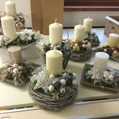 With little effort you make you the most beautiful Christmas and winter decoration e … - Diy Winter Deko Christmas Flowers, Christmas Candles, Winter Christmas, All Things Christmas, Christmas Home, Christmas Wreaths, Christmas Ornaments, Christmas Arrangements, Christmas Centerpieces