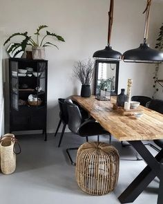 Urban Industrial Decor Tips From The Pros Have you been thinking about making changes to your home? Are you looking at hiring an interior designer to help you? Home Living Room, Interior Design Living Room, Living Room Decor, Interior Office, Dinner Tables Furniture, Furniture Ideas, Dinner Room, Style Deco, Dining Room Design