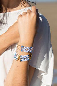 Modèle unique tissé à la main en Afrique du Sud et assemblé en France. Coloris bleu, blancet or. Perles de rocaille et apprêts dorés à l'or fin. Longueur : la chaînette de réglage permet d'ajuster la longueur à la taille du poignet, de 14,5 cm à 19 cm environ. Les bijoux Amahlé sont fins et …