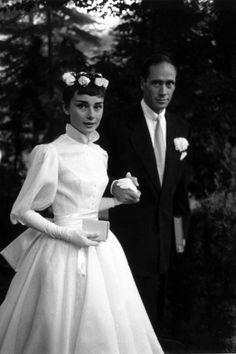 Audrey Hepburn et Mel Ferrer, mariage, robe, couronne de fleurs, col Claudine, boutonnière