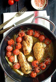 Błyskawiczne piersi kurczaka zapiekane z dymką i pomidorkami koktajlowymi