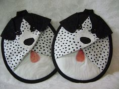 Mitaines de Mutt manique chien tacheté noir et par VernieLeeDesigns I know they are dogs but with a little fabric switch they would be penguins! Quilted Potholders, Crochet Potholders, Sewing Hacks, Sewing Crafts, Quilting Projects, Sewing Projects, Quilt Patterns, Sewing Patterns, Black And White Dog