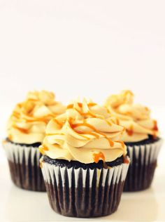 Chocolate cupcakes with salted caramel buttercream frosting Caramel Buttercream Frosting, Salted Caramel Frosting, Salted Caramel Chocolate, Cupcake Frosting, Baking Cupcakes, Fun Cupcakes, Cupcake Cakes, Frosting Recipes, Cupcake Recipes