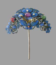 inlaid with bright blue kingfishers feathers and glass stones, comprising: two hair pins and one diadem, length c. Antique Jewellery Designs, Antique Jewelry, Jewelry Design, Chinese Butterfly, Japanese Jewelry, Chinese Patterns, Hair Decorations, Royal Jewelry, Hair Ornaments