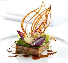 Food Presentation - Duck confit with savoy cabbage and onion recipe Cabbage And Onions Recipe, Michelin Star Food, Onion Recipes, Duck Recipes, Food Design, Creative Food, Food Presentation, Savoy Cabbage, Napa Cabbage