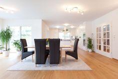 offener heller Wohnbereich mit großen Glasfronten im HARTL HAUS Kundenhaus Villa, Dining Bench, Classic, Table, Room, Furniture, Home Decor, Open Living Area, Carpentry