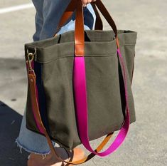 Bags & Handbag Trends : PARKER THATCH lil' Easy bag in olive with Hot Pink- simply perfect - Flashmode Worldwide Diy Sac Pochette, Simple Bags, Easy Bag, Sacs Tote Bags, Denim Bag, Fabric Bags, Handmade Bags, Handmade Leather, Vintage Leather