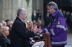 Bundespräsident Joachim Gauck erhält während des Trauergottesdienstes einen der hölzernen Engel - Oliver Berg/dpa