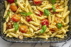 Mutatjuk, hogy készül a tepsis fetás-paradicsomos pasta, amiért most az egész világ rajong...és mi is!   Nosalty Feta Pasta, Pasta Salad, Penne, Gnocchi, Pasta Recipes, Favorite Recipes, Ethnic Recipes, Foods, Recipes