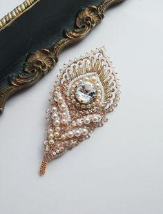 Брошь Diy Jewelry Gifts, Handmade Beaded Jewelry, Beaded Jewelry Patterns, Brooches Handmade, Fabric Jewelry, Beading Patterns, Bead Embroidery Jewelry, Beaded Embroidery, Embroidery Designs