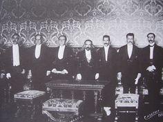 """La presidencia de Madero duró solamente trece meses. El vicepresidente era José María Pino Suárez; su consejero el diputado Gustavo A. Madero, su hermano, a quien le faltaba un ojo y ostentaba uno de cristal por lo cual todos le daban el despectivo mote de """"Ojo Parado-"""""""