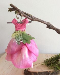 Fairy Work by Olive Miniature Dress Trouvé dans le jardin Miniature Fairy Dress . - Fairy Work by Olive Miniature Dress trouvé dans le jardin Miniature Fairy Dress with Branch Dress - Fairy Garden Furniture, Fairy Garden Houses, Garden Cottage, Fairy Crafts, Fairy Clothes, Dress Stand, Floral Gown, Fairy Garden Accessories, Fairy Dress