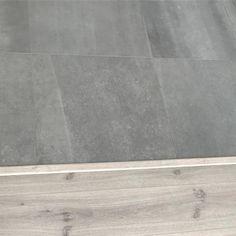 Så nöjd att vi valde ljust klinkers i hallen även om vi en stund var sugna på mörkt! 😬🙈 Men smutsen syns knappt alls! 👏🏻👏🏻 Hardwood Floors, Flooring, Camilla, Tile Floor, Interior, House, Instagram, Decor, Wood Floor Tiles