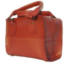 Boxtasje Elvis Kresse    Het Elvis & Kresse boxtasje is gemaakt van hergebruikte brandweerslang. Na ruim dertig jaar actieve dienst bij de Britse brandweer is deze slang omgetoverd in een compact handtasje. De tas is gevoerd met oranje parachutestof (restmateriaal) en heeft een binnenvakje met rits.