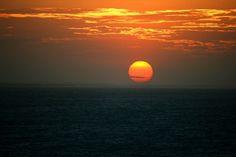 A praia de Jericoacoara é linda por natureza, mas quando é contemplada com um pôr-do-sol destes fica ainda mais deslumbrante