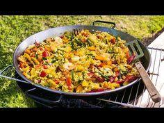Paella är den perfekta sommarmaten. Detta recept på Paella med lax och räkor räcker till många och passar utmärkt att laga på grillen.