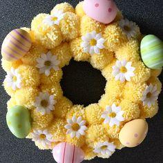 Easter Pom Pom wreath - Information Wreath Crafts, Diy Wreath, Wreath Ideas, Pom Pom Kranz, Pom Pom Wreath, Pom Pom Crafts, Diy Ostern, Easter Crochet, Easter Wreaths