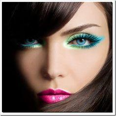 Make em tons de verde, em degradê, começando clarinho para iluminar o olhar e indo para o tom mais azulado, onde ele termina em gatinho. A boca tem um batom rosa mate acompanhado de um gloss incolor.