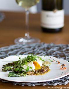 Pochiertes Ei, dazu Auberginenpüree aus dem Ofen mit orientalischen Gewürzen und gegrillter Mangold vom Grill als Vorspeise zum Ostermenü.