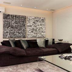 Bom dia gente!!!🤗 Outro ângulo da sala com layout diferenciado! Amei esse sofá! 😍  Veja mais info e fotos no blog DecorSalteado!  Projeto: Flávio Moura --------------------------------------------Profissionais sigam o @DecorSalteado no Instagram, marquem suas fotos com a hashtag #decorsalteado e compartilhem seus projetos automaticamente no blog!