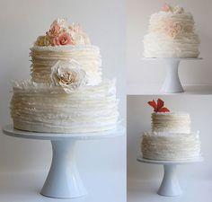 Bolo de casamento de camadas em babados detalhes flor (Foto: Maggie Austin Cake)