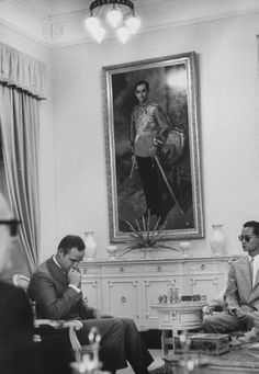 Marlon Brando at an audience with the King of Thailand, April 1963 Marlon Brando, King Bhumipol, King Of Kings, Last Tango In Paris, Film Pictures, Bhumibol Adulyadej, Great King, Royal Life, Old Postcards