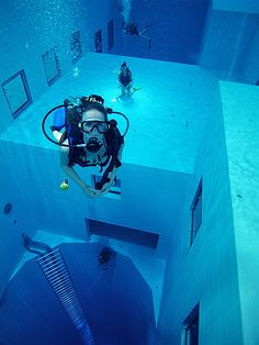 115-Foot-Deep Pool Makes Diving For Pennies a Struggle