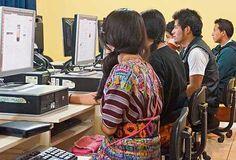 JÓVENES DE Patzún aplican sus conocimientos tecnológicos en el Centro Comunitario Digital.