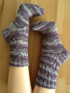 Those socks were designed to use up some of those gorgeous variegated sock yarns. The pattern is easy enough so it won´t take away the great colors of the yarn you choose.