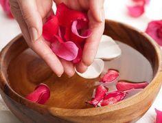 Agua de rosas: elaboración y sus maravillosos beneficios. El agua de rosas encierra en su delicada y embriagadora esencia, los secretos de salud y belleza más antiguos y excitantes; ya en la India y los países árabes se la utilizaba como un remedio básico para rejuvenecer la piel, para ritos religiosos y también para comidas.