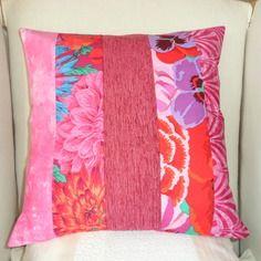 Housse de coussin en patchwork, printemps en fleurs, fuchsia, rouge, violet et rose