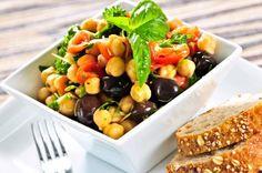 Cómo hacer una ensalada de garbanzos. La ensalada de garbanzos es un plato rico y apetitoso sobre todo para la época estival. Cargado de los nutrientes de las legumbres y con el maravilloso y rico sabor de las ensaladas. Es un plato bueno...