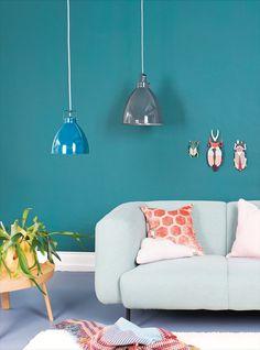 Die Hängeleuchte von Augustin ist ein Klassikger und gibt es in verschiedenen Grössen und Farben. Bunt, Love Seat, Couch, Furniture, Home Decor, Industrial Design, Light Fixtures, Colors, Settee