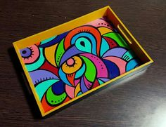 Bandeja pintada Canvas Painting Quotes, Painting On Wood, Painted Bags, Hand Painted, Hobbies And Crafts, Arts And Crafts, Madhubani Painting, Mandala Dots, Mosaic Patterns