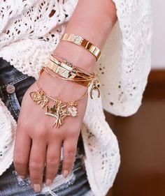{Fé, Paz e a certeza de que Amor gera amor! ✌️❤️} Apaixonada pelas pulseiras da @myglossexpression! Afinal amo atrair coisas boas, sempre! #details #lookoftheday #thassiastyle