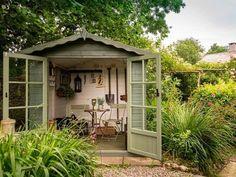 Una casita en el jardín para las herramientas de jardinería