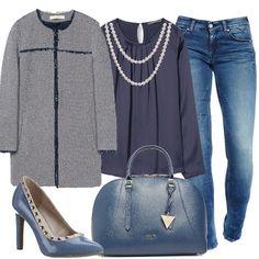 Outfit per tutto il giorno, jeans skinny abbinati ad una morbida blusa impreziosita da due giri di perle, giacca lunga con bordi sfrangiati, décolleté con piccole borchie e borsa rigida in tinta.