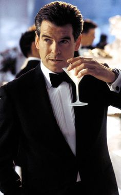 Pierce Brosnan as James Bond drinking a martini in Die Another Day-James Bond preferred his vodka martini shaken, not stirred. (Here a still of Still of Pierce Brosnan in Die Another Day. Style James Bond, James Bond Girls, James Bond Movies, James Bond Tuxedo, James Bond Suit, James Bond Theme, Sean Connery Bond, Quentin Tarantino, James Bond Images