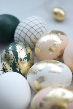 These Easter eggs are on a whole new level! Come see how I turned ugly duckling eggs into these gold beauties! Call them designer eggs. Get inspired and a bunch of ideas for Easter decorating. PS: I show fails too---- WHAT NOT TO DO! Easter Egg Crafts, Easter Decor, Easter Ideas, Gold Easter Eggs, Easter Egg Basket, Easter Egg Designs, Egg Dye, Ideas Para Organizar, Diy Ostern