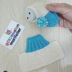 Kışın patiksiz olmaz dimi💙💙💙hele bebisler asla bu bot patik zapatitos de estsmbre kolay ve cok guzel💙💙bir zapatitos tejidoa❤birakmayi ve kaydetmeyi unutmayin. Baby Booties Knitting Pattern, Crochet Baby Shoes, Crochet Baby Booties, Baby Knitting Patterns, Knitting Stitches, Baby Patterns, Crochet Patterns, Knitted Slippers, Baby Sweaters