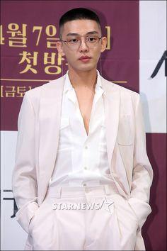 Medien-Tweets von Yoo Ah In Fanbase (@SIKseekers) | Twitter Suits Korean, Korean Men, Korean Actors, Korean Drama Stars, Yoo Ah In, Street Style Shoes, Chef Jackets, Blazer, Coat