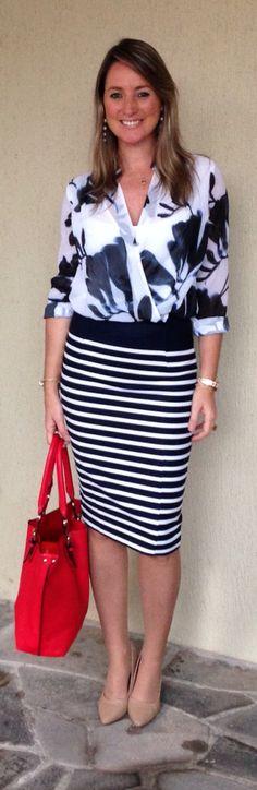 Look do dia - look de trabalho - moda corporativa - mix de estampas - saia com listras - bolsa vermelha - navy skirt