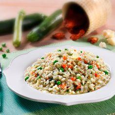 Risotto alla verdure - Delicata sinfonia primaverile con carote, piselli, zucchine, spinaci e pomodoro secco.