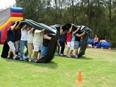 Carrera de orugas. trabajo en equipo, lograr cubrir la distancia establecida, se puede hacer la rueda con bolsas de basura grandes y pegarlas