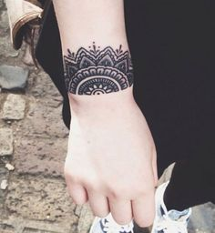 Idées de tatouages pour le poignet : une manchette façon henné indien