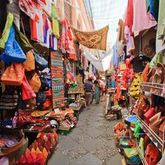 Pin for Later: 20 Travel Photos You Must Take on Your Next Trip Outdoor Markets Pick up a souvenir and then take another memento home when you capture the hustle and bustle of a lively open-air market.