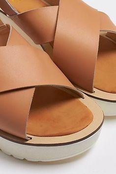 Sandalia de tiras cruzadas con plataforma Beige, Slip On, Sandals, Shopping, Shoes, Fashion, Strappy Sandals, Wedges, Closets