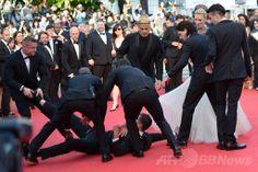 南仏カンヌ(Cannes)で開催中の第67回カンヌ国際映画祭(Cannes Film Festival)で、レッドカーペットに登場した米女優アメリカ・フェレーラ(America Ferrera)のスカートの中に頭を突っ込み警備員に取り押さえられる男(2014年5月16日撮影)。(c)AFP/ALBERTO PIZZOLI ▼20May2014AFP|男が米女優のスカートに頭突っ込む、カンヌ映画祭 http://www.afpbb.com/articles/-/3015363 #Cannes_Film_Festival #America_Ferrera
