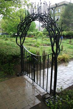 Portão de entrada para o jardim, de metal.  http://www.architectureartdesigns.com/20-beautiful-garden-gate-ideas/