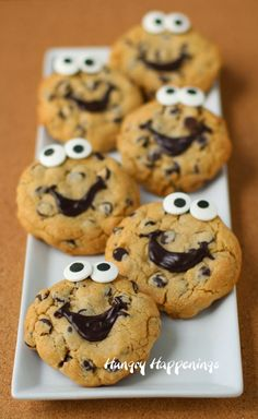 Smiley Face Chocolate Chip Cookies by HungryHappenings Biscuits, Fun Desserts, Dessert Recipes, Yummy Treats, Sweet Treats, Bolacha Cookies, Good Food, Yummy Food, Cupcakes